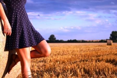 Девушка на фоне луга