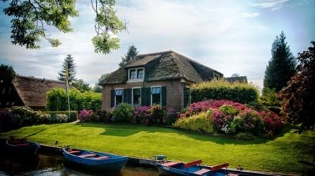 Красивый загородный дом с ландшафтным дизайном